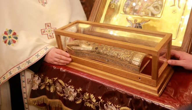 Credincioșii se pot închina la moaștele Sf. Nectarie - 01-1593086379.jpg