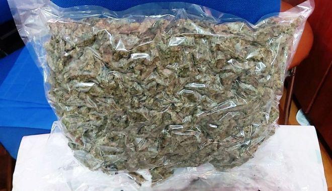 Foto: Prinși în flagrant delict în timp ce transportau droguri