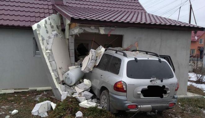 Foto: A INTRAT ÎN CASĂ CU MAȘINA! Viteza a fost de vină…
