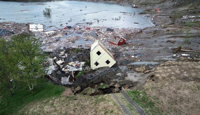 Galerie FOTO/VIDEO. Alunecare masivă de teren. Opt clădiri au fost aruncate în mare - 1-1591279497.jpg