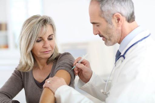 Foto: Vaccinul antigripal ar putea fi administrat și în farmacii. Președintele CNAS pregătește un act normativ