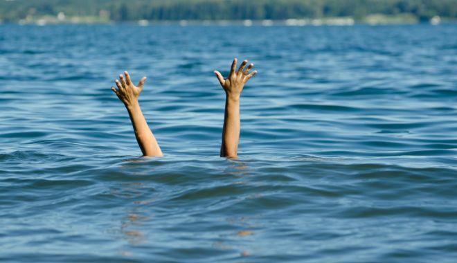Foto: Trei persoane scoase din mare, în zona Cazino