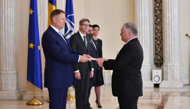 "Ambasadorul Adrian Zuckerman, decorat de Klaus Iohhanis cu ""Steaua României"" - 1-1610989339.jpg"