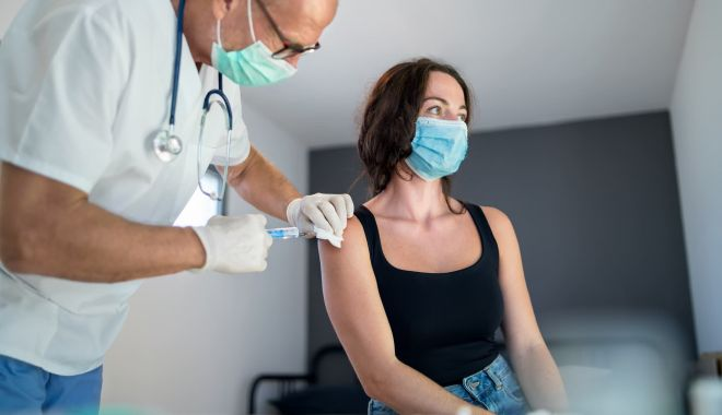 Angajaţii companiilor private se pot vaccina la locul de muncă - 1068059491607021583002womanwithf-1618920058.jpg
