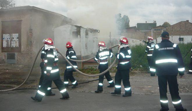 Foto: ACOPERIȘUL UNEI CASE, ÎN FLĂCĂRI! Trei echipaje de pompieri sunt la incendiu!