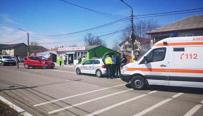 GALERIE FOTO / Accident în fața Poliției Valu lui Traian. O femeie a fost rănită! - 13apraccidentvalu2-1618315032.jpg