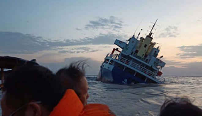 Foto: 13 marinari au fost salvați de pe o navă care s-a răsturnat