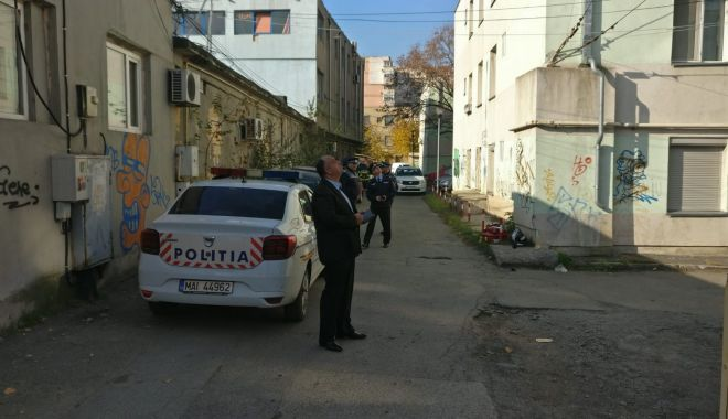 Foto: Pasiune…macabră! Un tânăr se tot urcă pe clădiri și amenință că se sinucide!