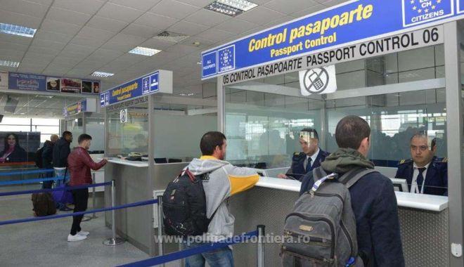 Foto: Documente false, descoperite în căptușeala bagajelor de mână, la controlul de frontieră