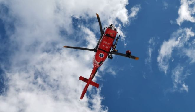 Un alpinist accidentat pe munte a fost preluat de un elicopter şi transportat la spital - 17449206414744612029125167880389-1618647495.jpg