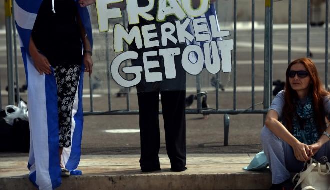 Foto: Angela Merkel, primită cu violențe la Atena