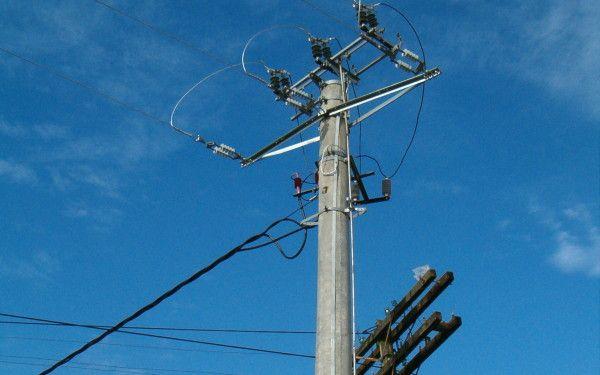 Foto: Au pus la pământ stâlpii de electricitate