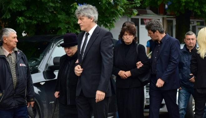 GALERIE FOTO. Puhoi de lume la slujba de înmormântare a fostului primar Ion Ovidiu Brăiloiu - 19072954135445224464150915834735-1497000003.jpg