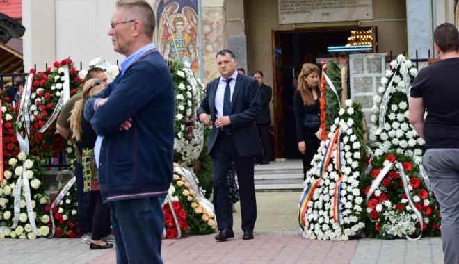 GALERIE FOTO. Puhoi de lume la slujba de înmormântare a fostului primar Ion Ovidiu Brăiloiu - 19073196135445221464151253415288-1496999971.jpg