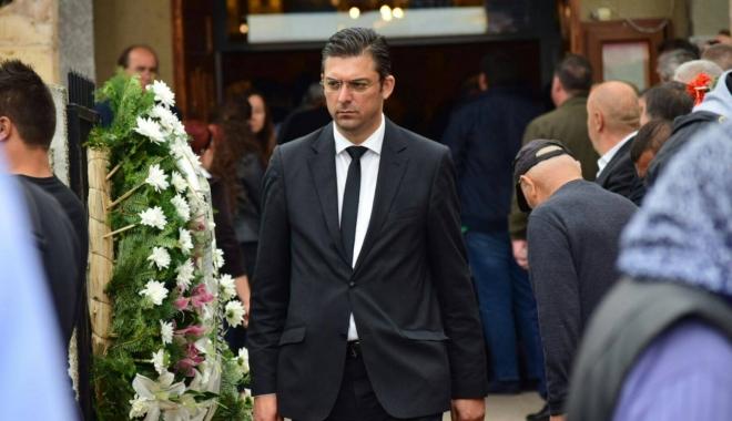 GALERIE FOTO. Puhoi de lume la slujba de înmormântare a fostului primar Ion Ovidiu Brăiloiu - 19074861135446590130681011029254-1497001651.jpg