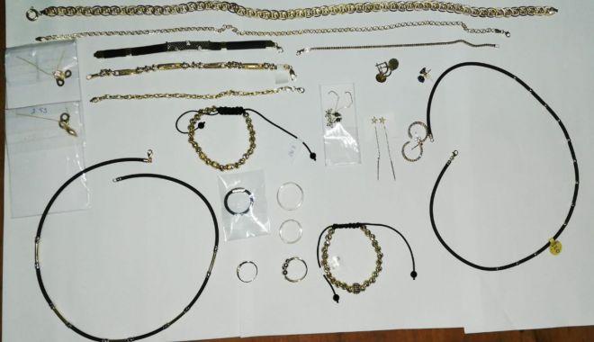 Prins la Vama Veche, cu bijuterii din aur, fără documente - 19111a-1574154215.jpg