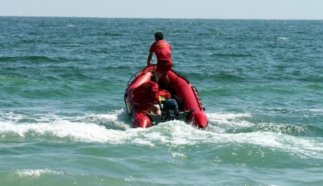 Foto: Alertă la Mangalia. O persoană este căzută în mare, lângă stabilopozi