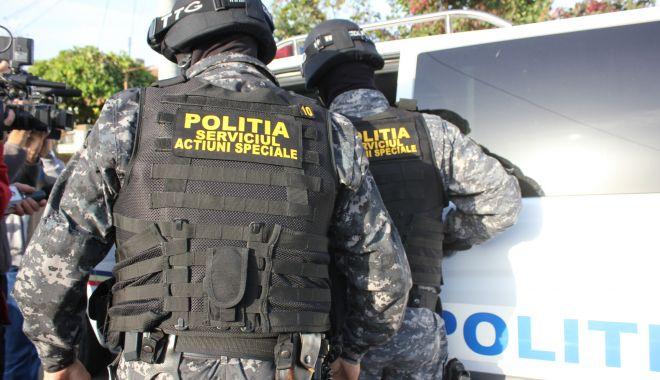 Foto: PERCHEZIȚII la o grupare de DEALERI DE DROGURI! Mai multe persoane au fost arestate