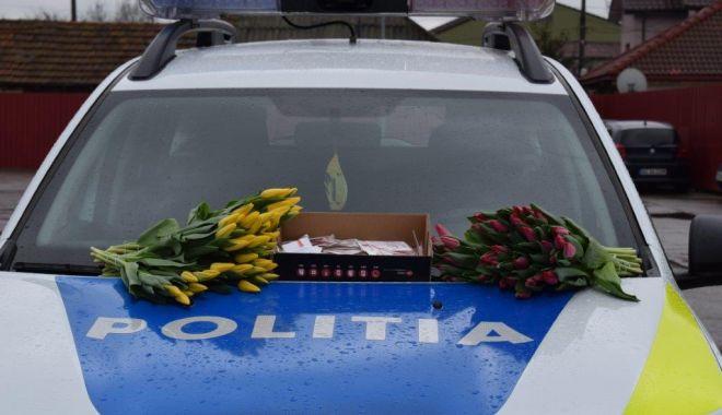 Mărțișoare, flori și recomandări, oferite de polițiști - 1martmartisoarepolitisti1-1614604536.jpg