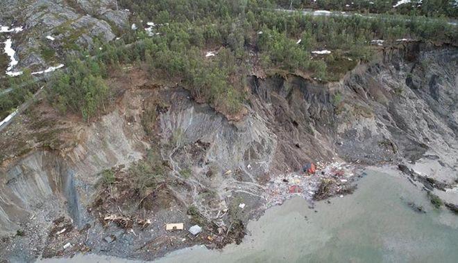 Galerie FOTO/VIDEO. Alunecare masivă de teren. Opt clădiri au fost aruncate în mare - 2-1591279506.jpg