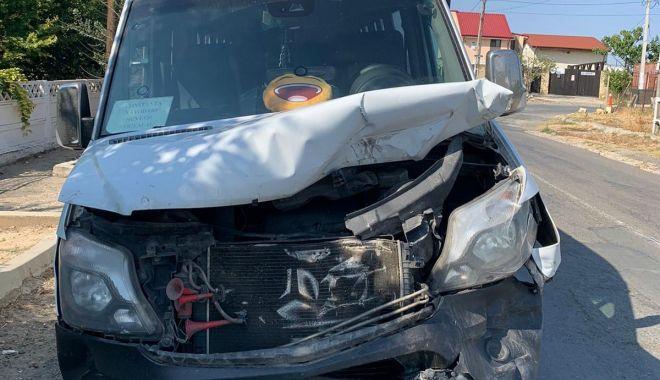 Accident rutier între un microbuz şi o maşină. Sunt două victime - 2-1599581776.jpg