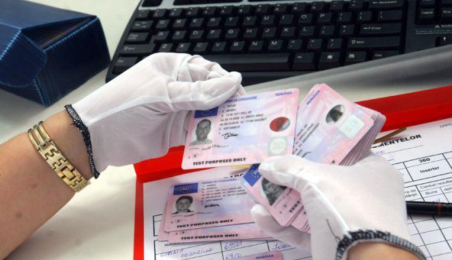 Foto: Taxele pentru permise de conducere și certificate de înmatriculare, în regim online din 1 octombrie