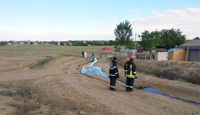Foto: Conductă de țiței spartă, la marginea comunei Cuza Vodă