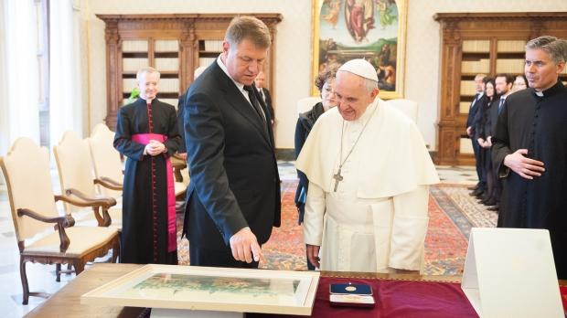 Foto: Președintele Klaus Iohannis îl va aștepta pe Papa Francisc la Aeroportul Otopeni, pe 31 mai