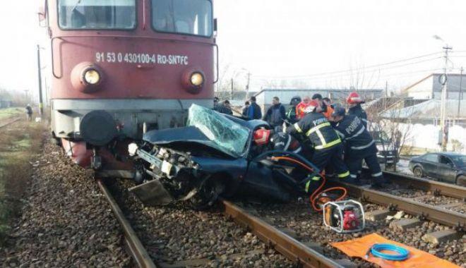 Foto: ATENȚIE! Trafic oprit pe ruta Constanța - Galați, din cauza unei mașini spulberate de tren. DOI MORȚI!