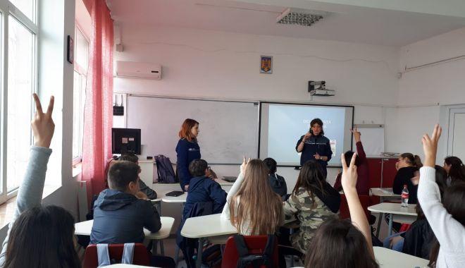 Foto: Elevii din Constanța, față în față cu polițiștii
