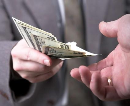 Foto: Angajatorul a uitat  să te plătească? Îi poți cere dobândă!