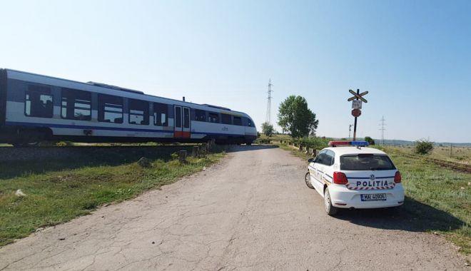 MAȘINĂ LOVITĂ DE TREN! Șoferița nu a oprit la trecerea peste calea ferată! - 30iunieaccidentferoviar2-1593502264.jpg