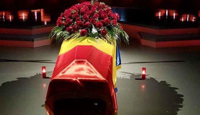 """Foto: GENERALUL comentator Cristian Țopescu, înmormântat cu ONORURI MILITARE. """"Te vom iubi mereu!"""""""
