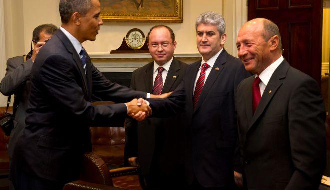 GALERIE FOTO / Gabriel Oprea ar fi trucat o poză ca să pară că a dat mâna cu Barack Obama. A cui e mâna de fapt - 36364510623419821359809503963250-1530284219.jpg