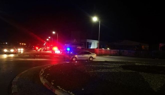 Foto: Galerie foto. Tânăr de 21 de ani, băut, victimă după ce s-a izbit cu mașina în scuarul sensului giratoriu