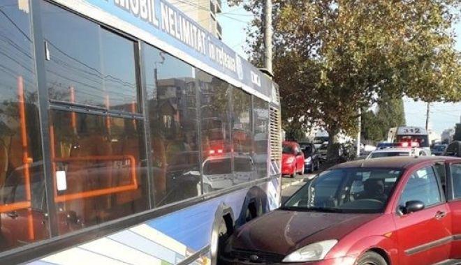 Foto: Accident rutier la Constanța! MAȘINĂ PROIECTATĂ ÎNTR-UN AUTOBUZ RATC