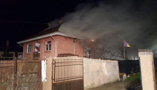 Foto: VIDEO. Incendiu puternic la Murfatlar. Arde acoperișul unui cămin de nefamiliști
