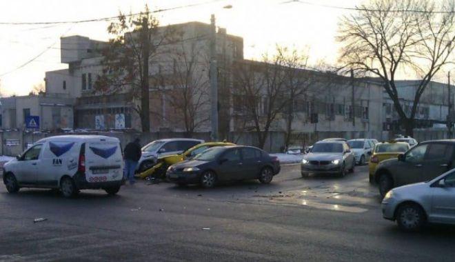Foto: Galerie foto. Patru mașini implicate într-un accident rutier, în zona Abator