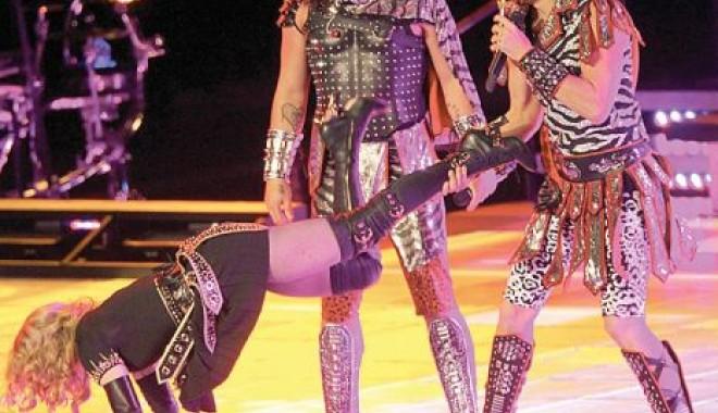 Madonna - femeia elastic! - 51-1329656356.jpg