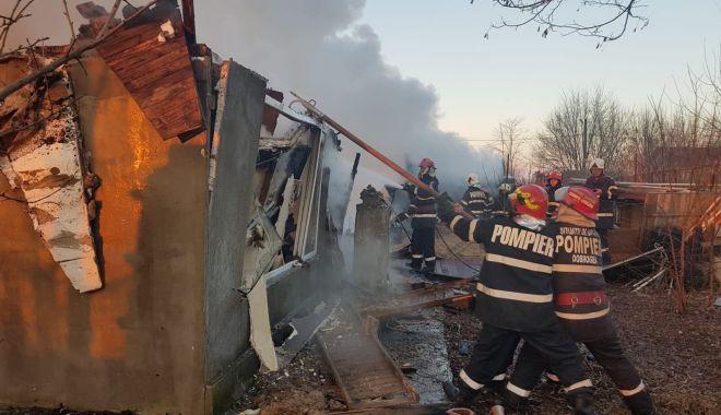 Foto: GALERIE FOTO. Incendiu violent în județul Constanța. Au ars patru case
