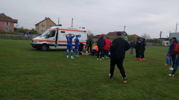 Foto: Dramă la un meci de fotbal. Tatăl unui copil de 13 ani, care a făcut comoție pe teren, acuză echipajul de pe ambulanță