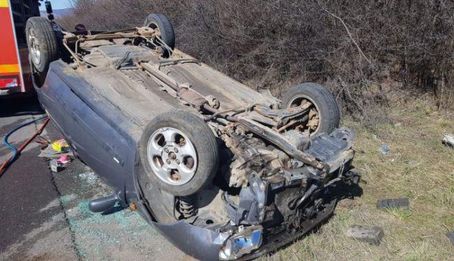 Foto: O șoferiță s-a răsturnat cu mașina în care se mai aflau și doi copii