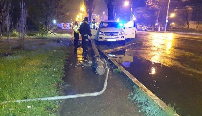 Foto: GRAV ACCIDENT la Năvodari, din cauza ploii! O mașină a intrat în stâlp