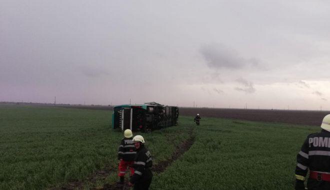 GALERIE FOTO-VIDEO / Tornadă uriașă la Drajna: autocar cu 40 de oameni la bord, răsturnat de vijelie. Plan roșu de intervenție - 58629862331614904165765620698920-1556643249.jpg