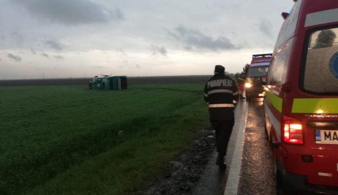 GALERIE FOTO-VIDEO / Tornadă uriașă la Drajna: autocar cu 40 de oameni la bord, răsturnat de vijelie. Plan roșu de intervenție - 59432377301468557420377401469024-1556643358.jpg