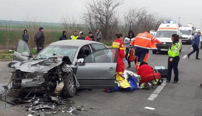 Foto: ACCIDENT GRAV pe DN 2A. Răniți, în urma impactului dintre un TIR și o mașină!
