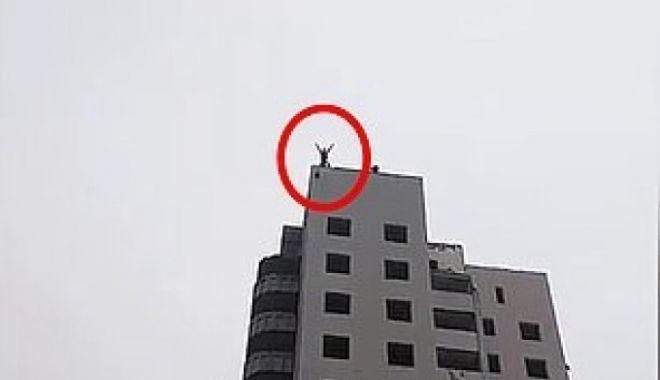 Foto: Copil de 15 ani, decedat după ce s-a aruncat cu o parașută de pe bloc. Mama a filmat tragedia