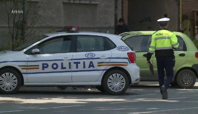 Șapte autoturisme parcate, distruse cu gantere și pietre de un bărbat care a fost dus de polițiști la psihiatrie - 62096215-1575365394.jpg