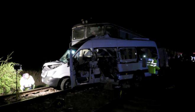 Foto: TRAGEDIE CU 4 MORȚI! Șoferul microbuzului lovit de tren, băut în momentul accidentului