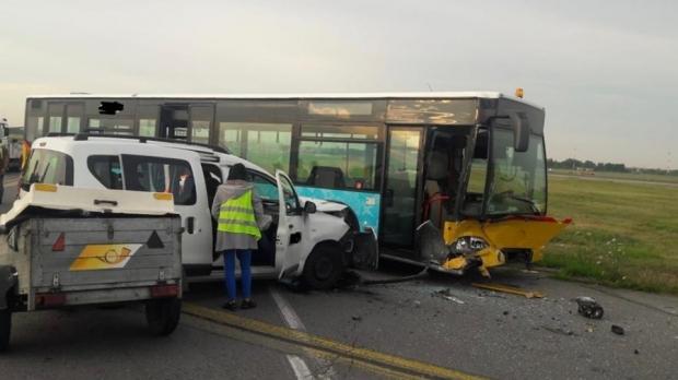"""Foto: Accident pe Aeroportul """"Henri Coandă"""". Patru persoane au fost rănite"""